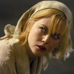 Un primo piano della splendida Nicole Kidman, protagonista di Dogville di Lars von Trier (Danimarca, UK, Francia, Germania, Italia, Olanda, Svezia, Norvegia 2003)