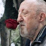 Ancora Carlo Delle Piane in una simbolica immagine tratta da Chi salverà le rose? di Cesare Furesi (Italia, 2017)