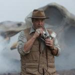 John Goodman in pericolo durante Kong: Skull Island di Jordan Vogt-Roberts /USA, 2017)