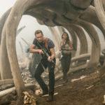 Tom Hiddleston e Brie Larson in un momento di Kong: Skull Island di Jordan Vogt-Roberts /USA, 2017)
