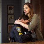 Michelle Monaghan si prende cura di Mark Wahlberg durante Boston - Caccia all'uomo di Peter Berg (Patriots Day, USA 2016)
