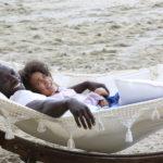 Ancora Omar Sy e la piccola Gloria Colston in relax durante Famiglia all'improvviso - Istruzioni non incluse di Hugo Gélin (Francia, UK 2016)