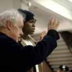 Jim Sheridan fornisce indicazioni al rapper 50 Cent sul set di Get Rich or Die Tryin' (USA, Canada 2005)