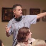Un'immagine di Jonathan Demme intento a dare indicazioni sul set.
