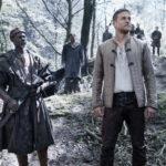 Djimon Hounsou e Charlie Hunnam in un momento di King Arthur di Guy Ritchie (King Arthur: Legend of the Sword, USA 2017)
