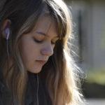 La giovanissima Ryan Simpkins in un momento di Angoscia di Sonny Mallhi (Anguish, USA 2015)