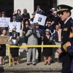 Nicolas Cage in un momento di USS Indianapolis di Mario Van Peebles (USA, 2016)