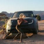 """Katrina Bowden """"aggredisce"""" l'automobile in Monolith di Ivan Silvestrini (Italia, 2016)"""