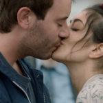 Yaniss Lespert bacia Fanny Valette in Un profilo per due di Stéphane Robelin (Francia, 2017)