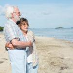 Un tenero abbraccio tra Donald Sutherland e Helen Mirren durante Ella & John di Paolo Virzì (The Leisure Seeker, Italia, Francia 2017)