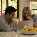 Nat Wolff e Reese Whiterspoon al PC in un momento di 40 sono i nuovi 20 di Hallie Meyers-Shyer (Home Again USA, 2017)