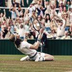 Sverrir Gudnason in ginocchio sul centrale di Wimbledon in Borg McEnroe di Janus Metz (Svezia, Danimarca, Finlandia 2017)