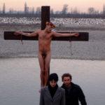 La crocifissione di Andrea Riva in un pregnante momento de Gli arcangeli di Simone Scafidi (Italia, 2007)