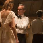 """Daniel Day-Lewis prova un abito sulla """"musa"""" Vicky Krieps ne Il filo nascosto di Paul Thomas Anderson (Phantom Thread, USA 2017)"""