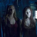 Caitlin Gerard (a sinistra) con fantasma durante Insidious - L'ultima chiave di Adam Robitel (Insidious: The Last Key, USA, Canada 2018)