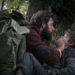 John Krasinski intima il silenzio a Noah Jupe durante A Quiet Place - Un posto tranquillo di John Krasinski (USA, 2018)