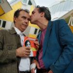 Paolo Sassanelli riceve il bacio di Francesco Colella nel corso di Due piccoli italiani di Paolo Sassanelli (Italia, 2018)
