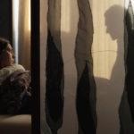 Minacciosi giochi d'ombra durante Scary Mother di Ana Urushadze (Georgia, Estonia 2017)