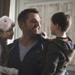 Arnaud Ducret con bambini in Famiglia allargata di Emmanuel Gillibert (Les dents pipi et au lit, Francia 2018)
