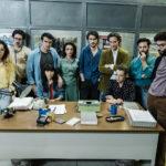 Redazione al completo nel film televisivo Prima che la notte di Daniele Vicari (Italia, 2018)