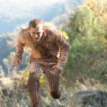 Charlie Hunnam in fuga durante Papillon di Michael Noer (USA, 2017)