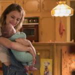 Mackenzie Davis culla la neonata durante Tully di Jason Reitman (USA, 2018)
