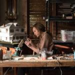 Toni Collette artista di miniature in Hereditary - Le radici del Male di Ari Aster (USA, 2018)