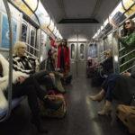 Il cast tutto al femminile in metro durante Ocean's 8 di Gary Ross (USA, 2018)