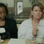 Marianne Jean-Baptiste e Brenda Blethyn in un toccante momento di Segreti e bugie di Mike Leigh (Secrets & Lies, UK, Francia 1996)