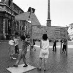 Cartelli di protesta verso Kurt Waldheim nel documentario The Waldheim Waltz di Ruth Beckermann (Waldheims Walzer, Austria 2018)