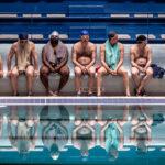Il gruppo di protagonisti in un momento di 7 uomini a mollo di Gilles Lellouche (Le grand bain, Francia 2018)