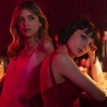 Ancora le due attrici in una posa provocante durante Baby, serie televisiva diretta da Anna Negri e Andrea De Sica (Italia, 2018)
