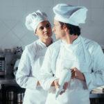 """Andrea Sartoretti e Aurore Erguy in un momento """"gastronomico"""" di Nevermind di Eros Puglielli (Italia, 2018)"""