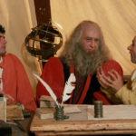 Troisi e Benigni ascoltano Leonardo da Vinci in un esilarante momento di Non ci resta che piangere di Massimo Troisi e Roberto Benigni (Italia, 1984)