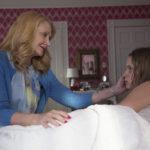 Patricia Clarkson madre troppo amorevole verso Eliza Scanlen in Sharp Objects serie tv diretta da Jean-Marc Vallée (USA, 2018)