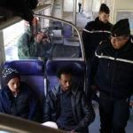 Migranti sul treno e controllo della polizia durante Libero di Michel Toesca (Libre, Francia 2018)