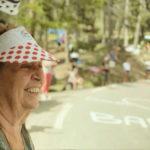 Un'attempata fan di ciclismo nel documentario La grande messe di Valéry Rosier e Méryl Fortunat-Rossi (Francia, Belgio 2018)