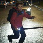 Louis Ashbourne Serkis in fuga nel corso de Il ragazzo che diventerà Re di Joe Cornish (The Kid Who Would Be King, UK, USA 2019)