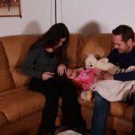 Famiglia riunita nel dolore nel corto Mentre te ne vai di Leonardo Barone e Maricla Pannocchia (The Child Who Fades Away, Italia 2018)