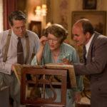 Hugh Grant e Meryl Streep osservano la partitura in Florence Foster Jenkins di Stephen Frears (UK, 2016)