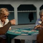 Gioco di carte per sole donne nel documentario L'ultima spiaggia di Thanos Anastopoulos e Davide Del Degan (Italia, Francia 2016)