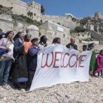 Comitato di benvenuto durante Non c'è più religione di Luca Miniero (Italia, 2016)