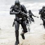 Soldati interstellari in azione durante Rogue One: A Star Wars Story di Gareth Edwards (USA, 2016)