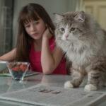 La piccola Malina Weissman e il gatto protagonista in un momento di Una vita da gatto di Barry Sonnenfeld (Nine Lives, Francia, Cina 2016)