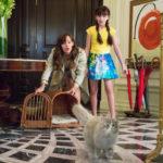Jennifer Garner e Malina Weissman provano a catturare il gatto durante Una vita da gatto di Barry Sonnenfeld (Nine Lives, Francia, Cina 2016)