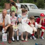 Michael Keaton sgranocchia hamburger con una tipica famiglia americana in The Founder di John Lee Hancock (USA, 2016
