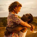 Rosamund Pike e David Oyelowo in un momento romantico di A United Kingdom di Amma Asante (USA, UK 2016)