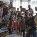 Un selfie tra gli studenti per Alessandro Gassmann in Beata ignoranza di Massimiliano Bruno (Italia, 2017)