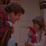Stephen Lee con la piccola Carrie Lorraine in un momento di Dolls di Stuart Gordon (USA, Italia 1987)