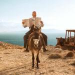 Ameni momenti di lettura durante Highway to Hellas di Aron Lehmann (Germania, Grecia 2015)